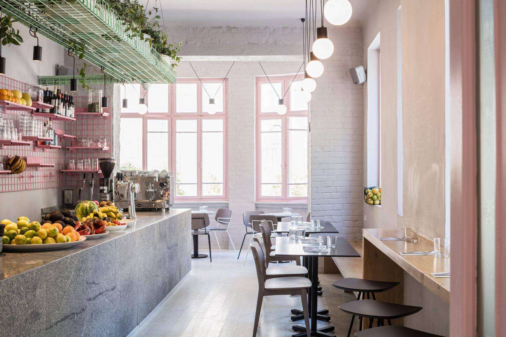 カフェ店舗の壁面を飾るのは材料で見せるワイヤーラックディスプレイ
