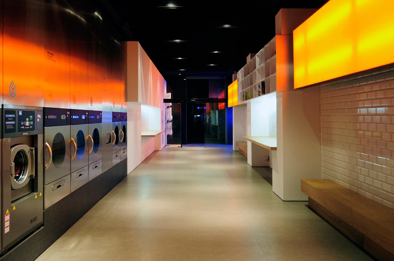 カラフルな照明で店舗に温かい雰囲気をつくるコインランドリーのデザイン照明
