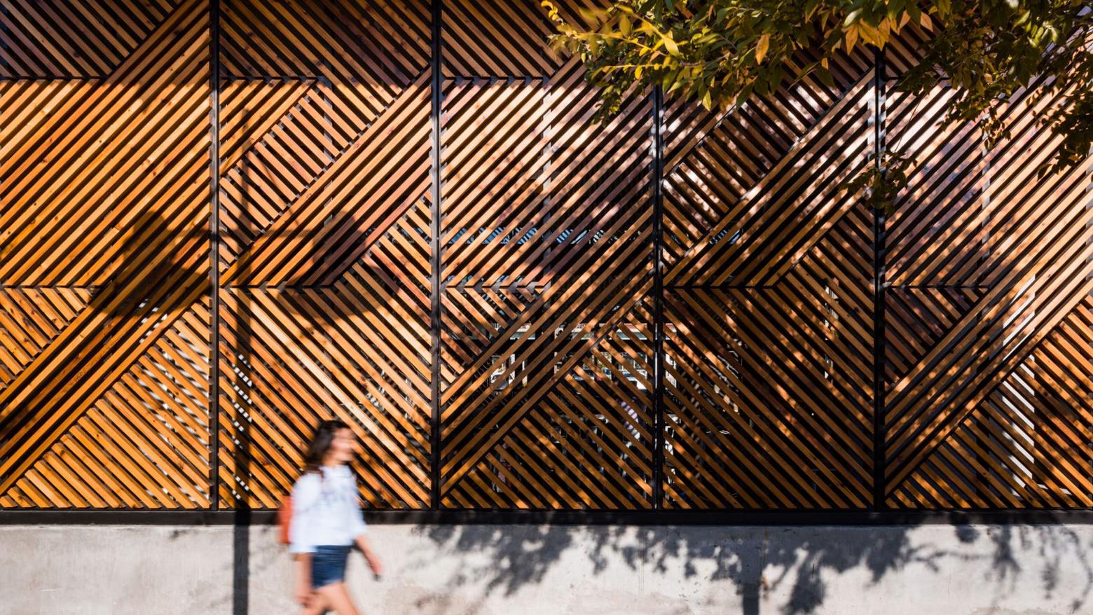 幾何学的な目隠しで店舗内の光をコントロールしたコーヒーショップの木製ブラインド