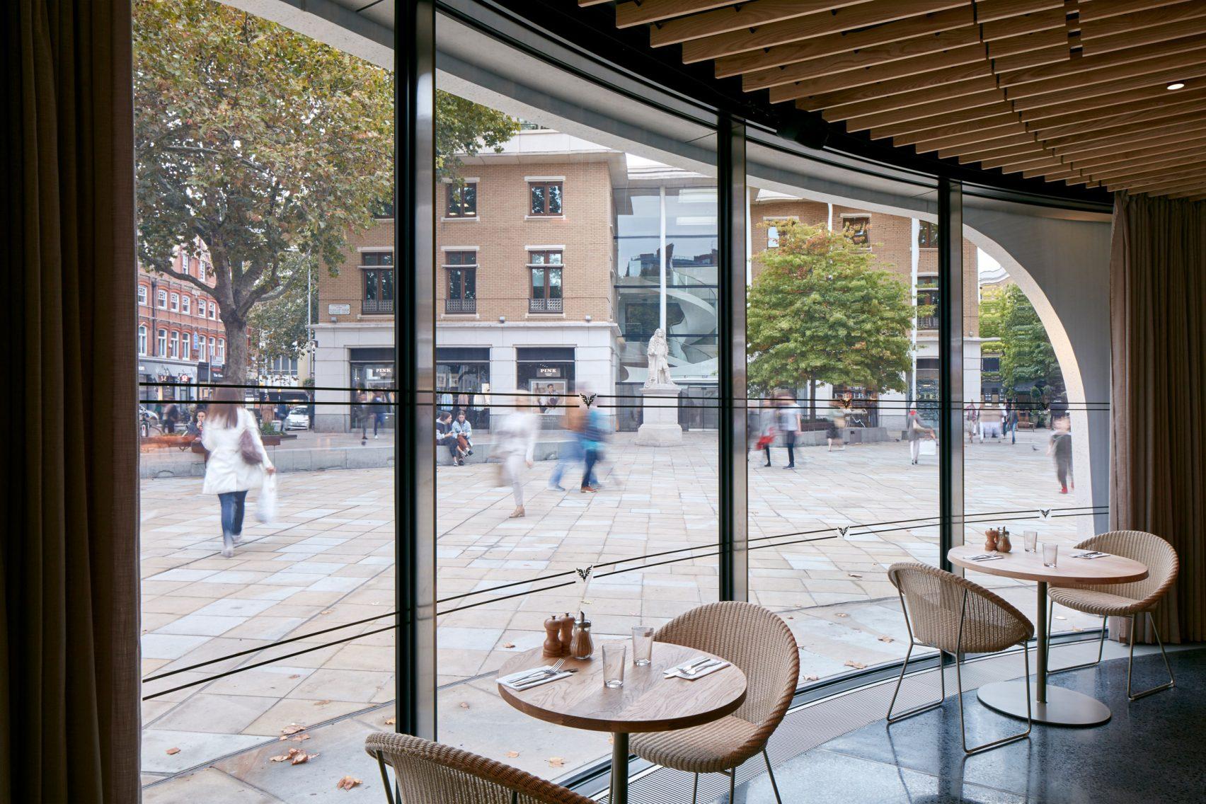 貝のようなカフェ店舗は内と外をカーテンで仕切ることで視覚で風を感じる