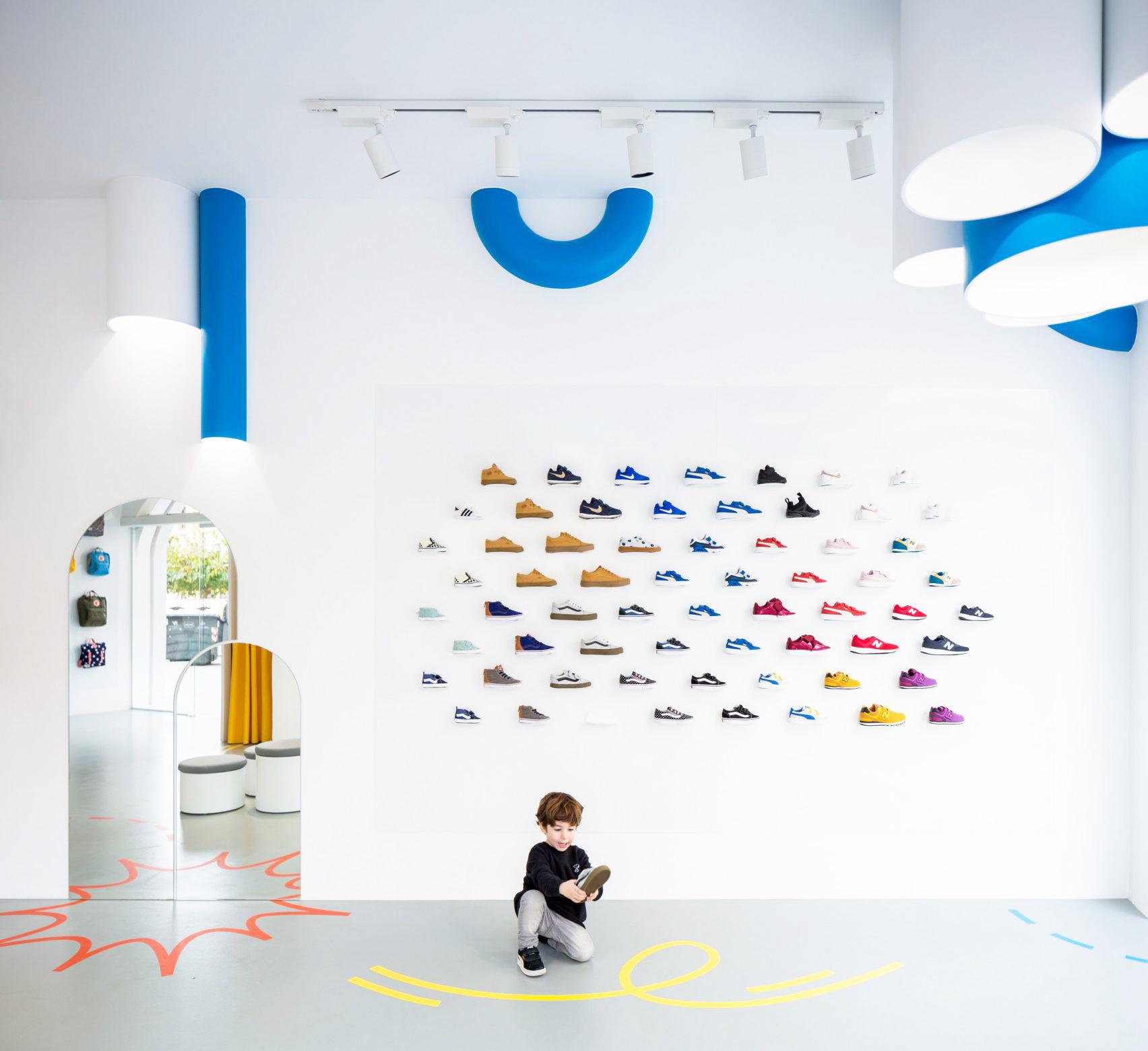 3つのアーチ型出入口が特徴のシューズ店舗のデザインされたディスプレイシステム