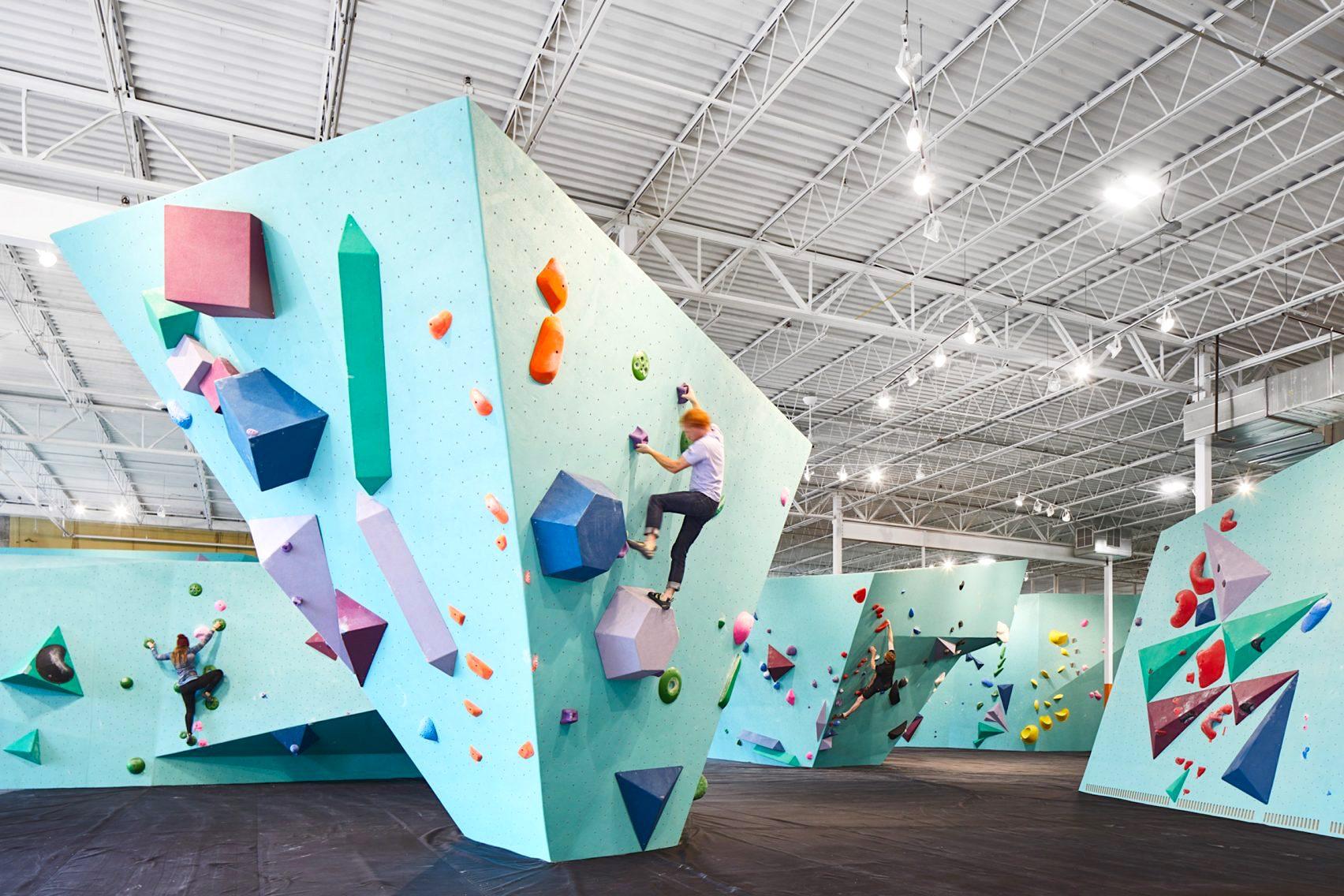 統一された壁面が美しいボルダリングジムのカラーブランディング