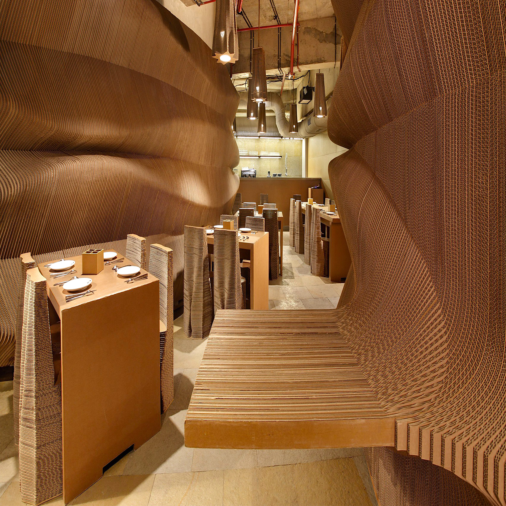 リサイクルできる素材ダンボールを選択し空間をデザインしたカフェの店舗設計