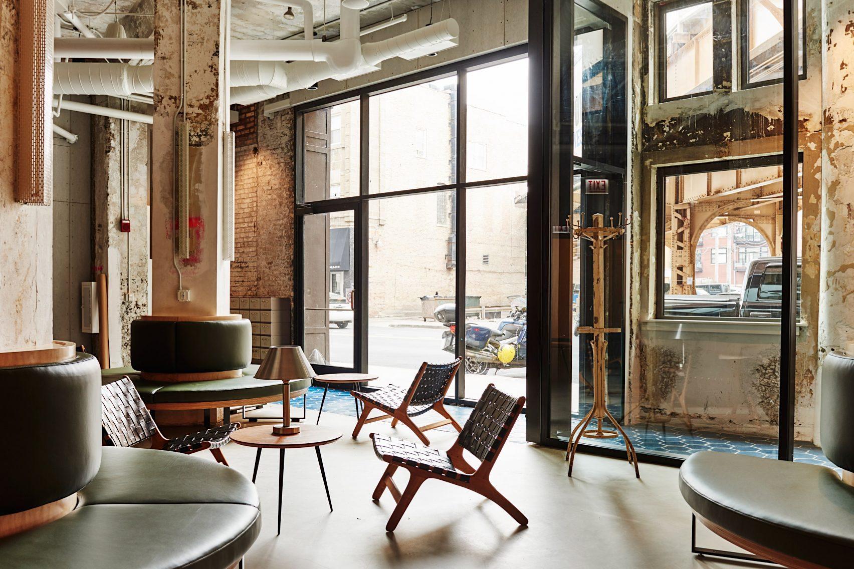 歴史ある建物のテクスチャーとモダンな家具とのコントラストが迎えるホステルの店舗デザイン