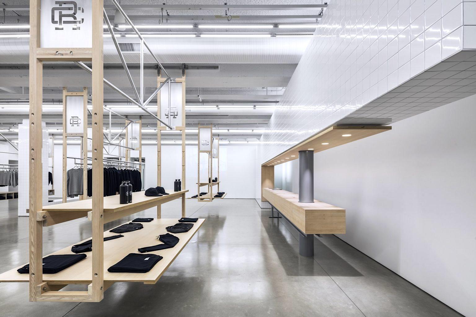 スポーツウェア店舗のレイアウトフリーなフレキシブル木製シェルフのデザイン